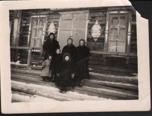 ПМОФ-3464 Фото. У сельского клуба в п.Харсаим семья Бородиновых Б.К.,А.П.