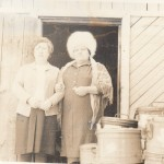п. Аксарка. В ожидании вывоза почты аэросанями. Валеева К.И., Гизатуллина Г.С. Фотография из личного архива Рочевой Е.В